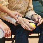 Acceptation de la dépendance : les astuces pour aider votre proche âgé