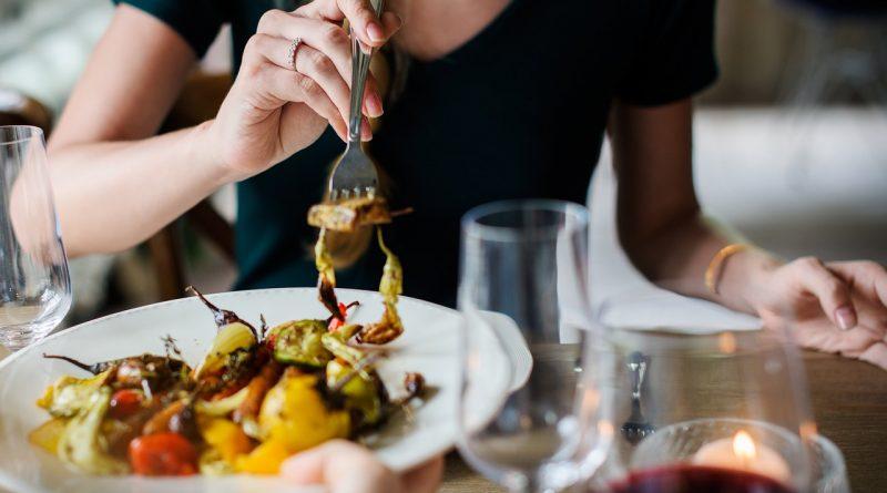 Contrôler son poids en mâchant bien les aliments