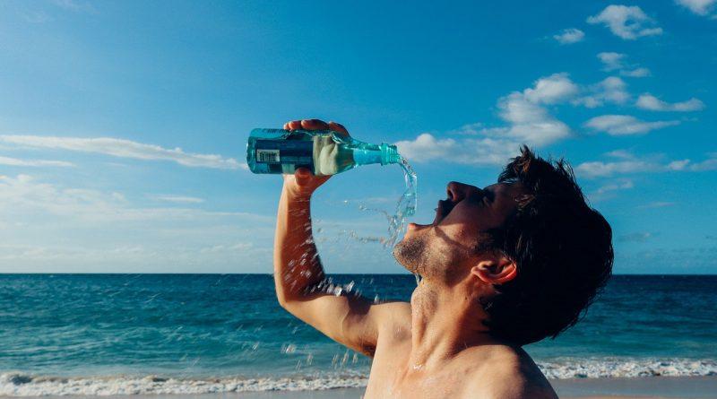 Boire de l'eau : comment s'y prendre correctement ?